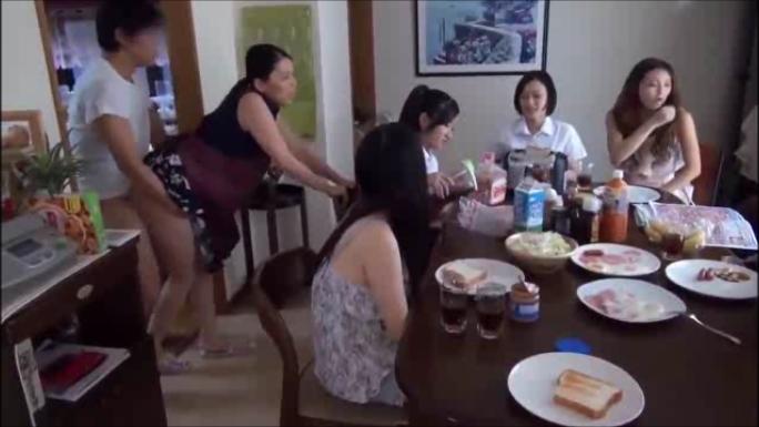 食事中の娘たちの目の前でガチハメされる美人のお母さん